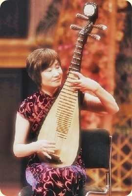Chinese Pipa master Wu Yuxia plays on stage in Tianjin in 2010. Photo by Cao Tong. Modified.
